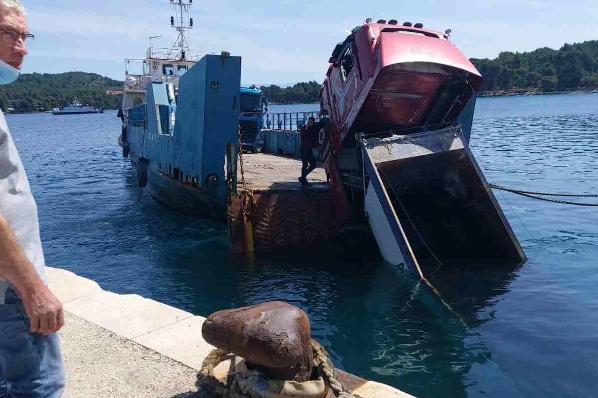 Hvar: videón a kompról a tengerbe borult teherautó